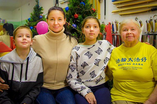 妮娜·尼古拉耶夫娜·克里莫娃(右)和女兒及孫女、孫子。(明慧網)