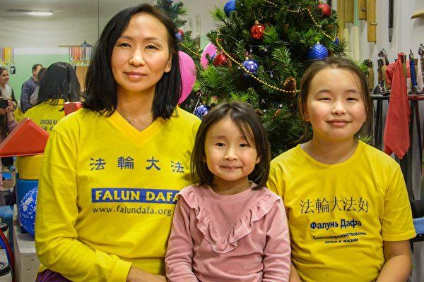 從莫斯科來的塔基亞娜·薩拉赫(Tatyana Salakhi)和女兒艾爾維拉(Elvira)及索菲亞(Sofia)到聖彼得堡參加集體學法煉功。(明慧網)