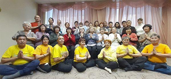 法輪功學員在烏蘭烏德市(Ulan-Ude)學法後集體合照。(明慧網)