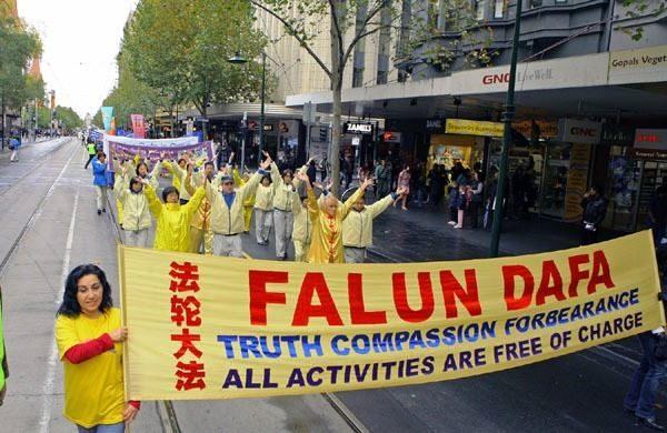 坎森·古德林(Cansin Goldring,左)女士參加墨爾本市中心舉行的一次大遊行。(明慧網)