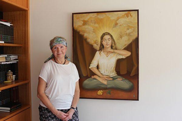 墨爾本波蘭裔畫家芭芭拉·捨費爾(Barbara Shafer)和她近期的畫作合照。(明慧網)