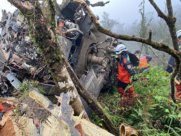 一架黑鷹直升機2日迫降新北市烏來山區,機上共13人,機身面目全非。(中央社/消防署提供)