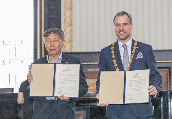 台北市長柯文哲(左)13日與布拉格市長賀瑞普(右)在布拉格簽署姊妹市協定。(中央社/北市府提供)