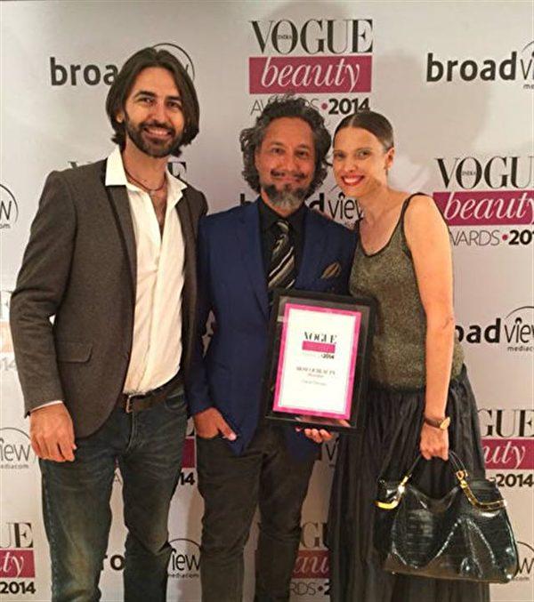 加布利埃爾·喬爾吉歐(Gabriel Georgiou,中)被《Vogue》雜誌印度版授予2014年度最佳髮型師獎。(加布利埃爾·喬爾吉歐提供)
