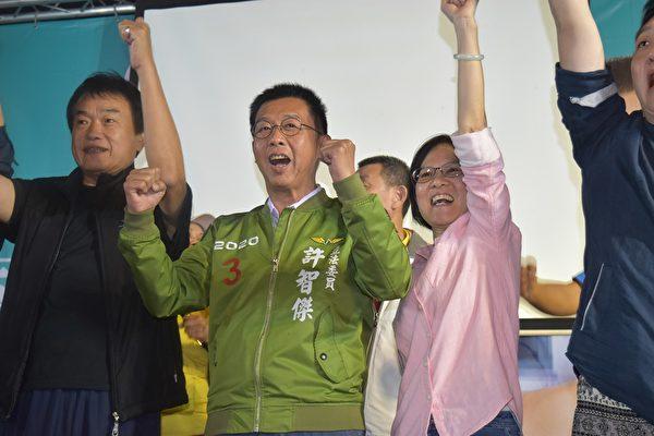 高雄市立委許智傑尋求三連任成功。(立委許智傑競選辦公室提供)