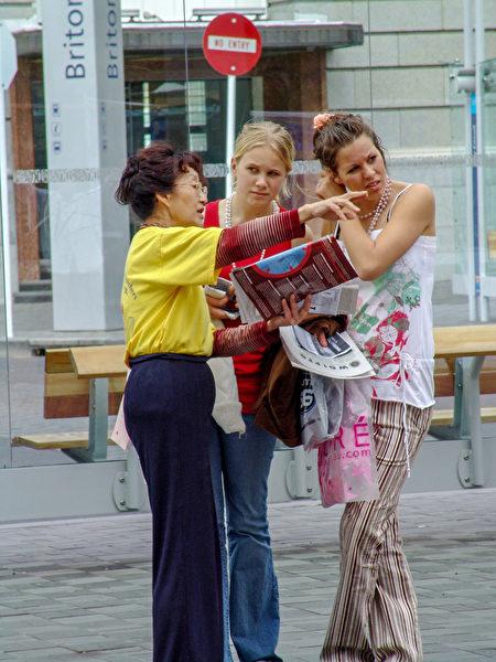 2004年10月25日,Grace在奧克蘭街頭向路人講述法輪功受迫害真相。(陳明/大紀元)