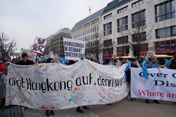 2020年1月19日下午,呼應香港的「天下制裁」活動,部份在德國生活的香港人和各界民眾在首都柏林勃蘭登堡門前舉行集會,聲援香港以及受到中共迫害的團體,呼籲國際社會制裁中共。(穆華/大紀元)