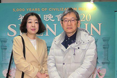 醫院院長川井哲雄夫婦在福岡太陽宮音樂廳觀看了1月22日下午的神韻演出。(陳櫻華/大紀元)