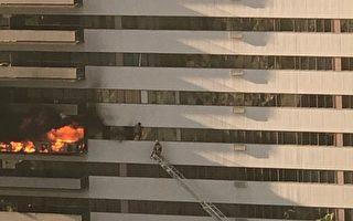 洛杉矶一高楼失火 住户爬窗逃命