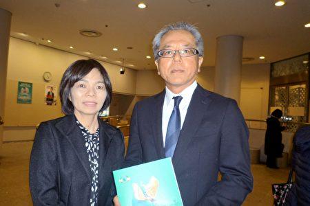 沖繩那霸市役所政策統括調整官渡口勇人(Taguchi Hayato)和夫人辰子(Shinko)觀看了1月22日下午在福岡太陽宮音樂廳上演的神韻。(李華/大紀元)