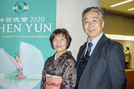事務所老闆久田雅志和夫人在福岡太陽宮音樂廳觀看了2020年1月22日晚上的神韻演出。(李華/大紀元)