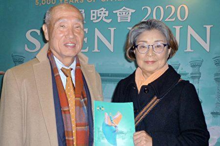 公司董事小原啟揮(Ohara Hiroki)觀看了1月22日下午在福岡太陽宮音樂廳上演的神韻。(李華/大紀元)