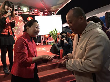 花莲县长徐榛蔚现场发放红包,提前向民众贺岁,浓浓的年节氛围。