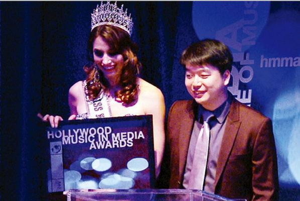 獲荷里活音樂大獎的北京青年陳東(右)。(大紀元)