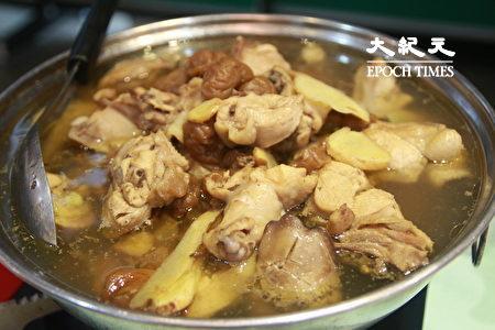 名產「梅子雞」美味,令人回味無窮。