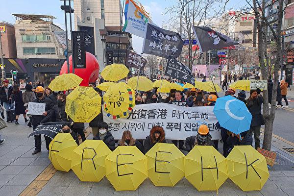 遊行結束後,參與者在新村U-plex廣場合照留念。(全景林/大紀元)