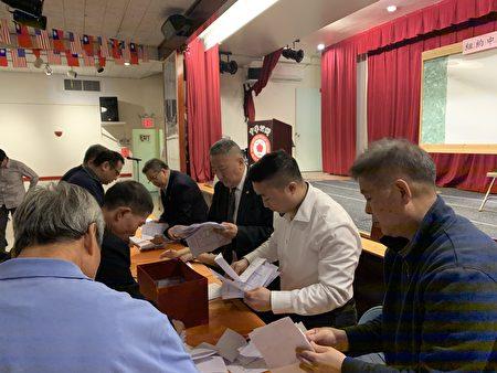 開票期間,七大僑團代表在旁進行監票。