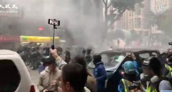 1月1日,港人元旦游行中,防暴警察发射催泪弹。(大纪元视频截图)