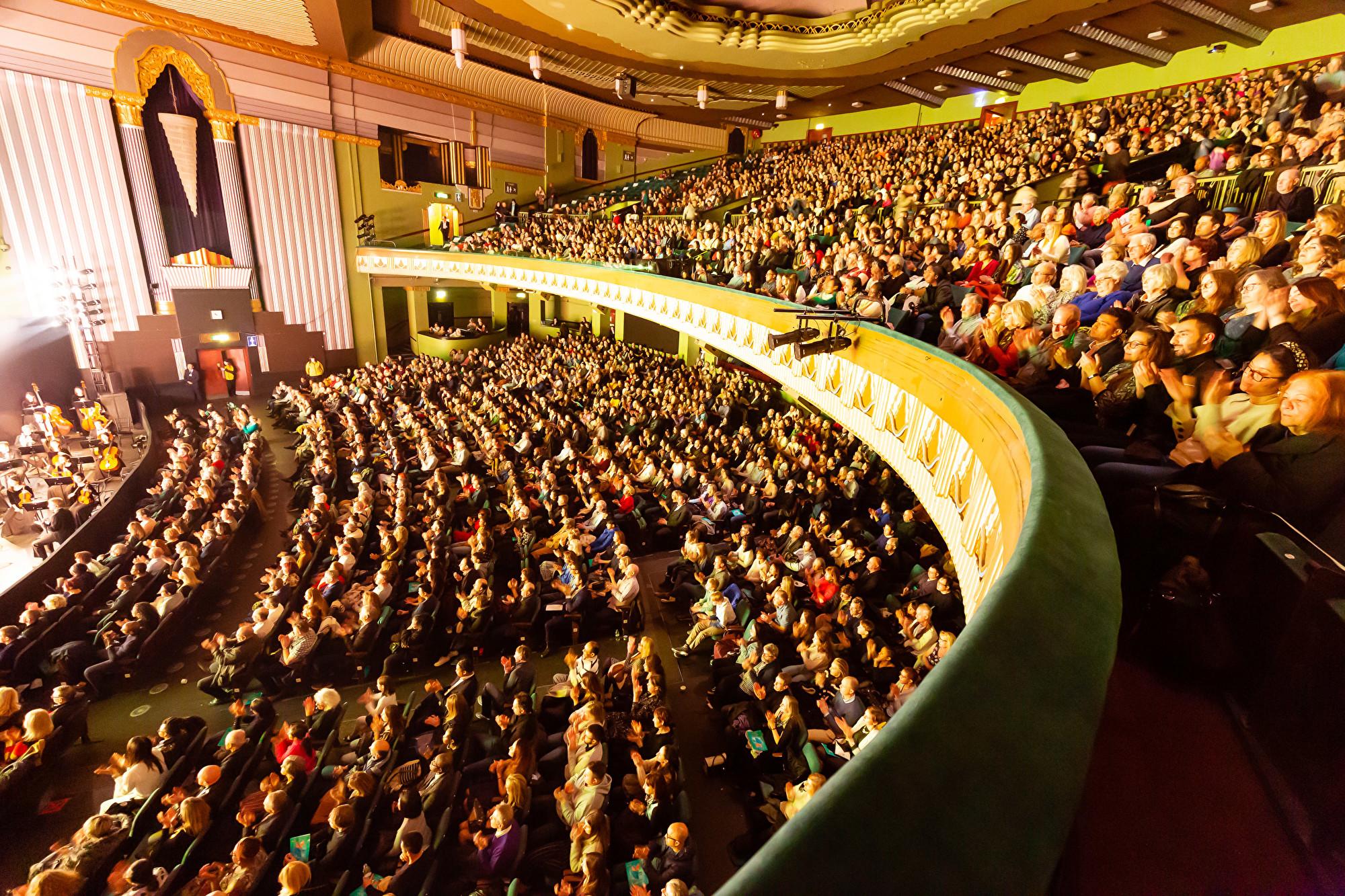 2020年1月19日,神韻國際藝術團在倫敦Eventim Apollo劇院進行了今年的第四場演出,場內座無虛席。(羅元/大紀元)
