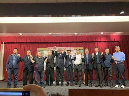 於金山(左四)當選第66屆中華公所主席,與眾僑領合影。