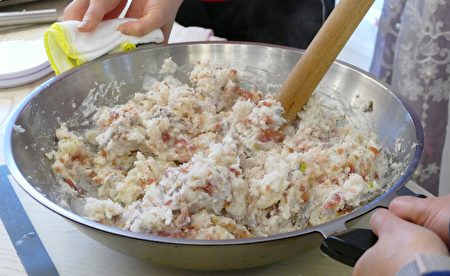 蒸好的白萝卜碎与米浆充分融合后,再入蒸锅蒸煮成萝卜糕。
