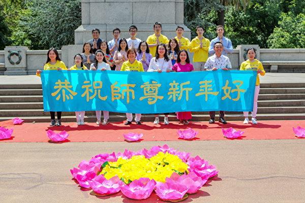 2020年1月26日,墨爾本部份越南裔法輪功學員在國慶日大遊行後,向法輪功創始人李洪志大師拜年。(陳明/大紀元)