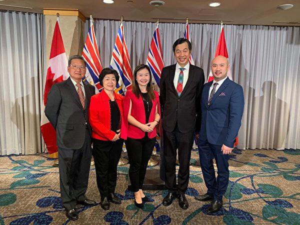 图:卑诗台裔省议员康安礼(Anne Kang)新获升职,成为卑诗省公民服务厅长,加拿大首位台裔厅长。图为康安礼、驻温经文処与康安礼家人合影。(杨晟帆提供)
