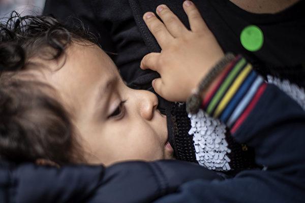 研究:婴儿喝母乳更健康 肥胖率降低