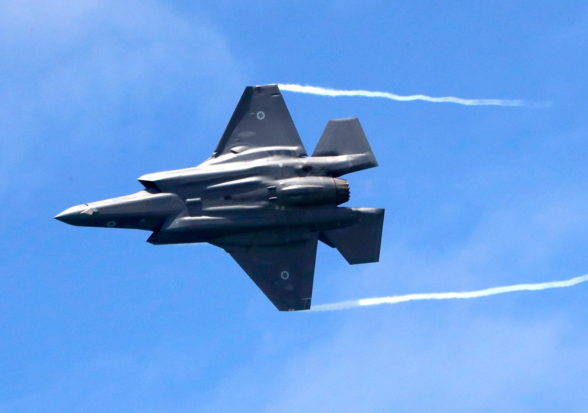有消息指出,以色列出動F-35戰機在敘利亞和伊拉克邊境空襲伊朗支持的民兵組織。圖為2019年5月9日,以色列一架F-35戰機飛行於特拉維夫(Tel Aviv)上空。(JACK GUEZ/AFP via Getty Images)