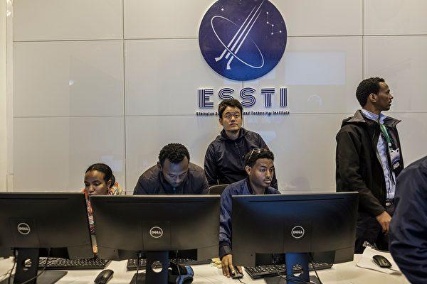 自1996年起,中共軍事科學家即將主要戰力放在軍事太空武力上。圖為2019年12月20日,中共以應對氣候變化為名,贈埃塞俄比微小衛星(ETRSS-1)。(EDUARDO SOTERAS/Getty Images)