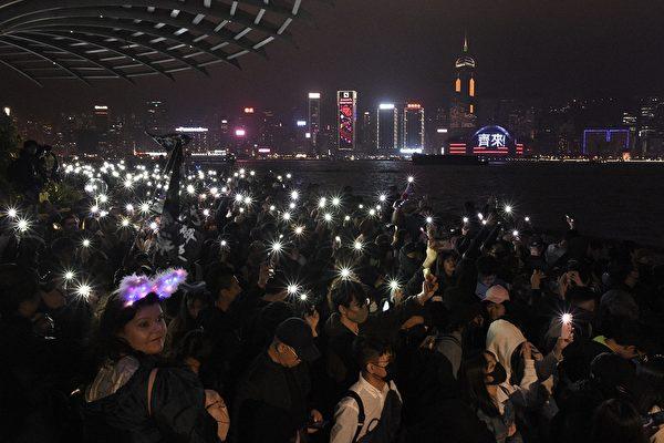 2019年12月31日晚,港人聚集一起跨年,繼續表達訴求。(PHILIP FONG/AFP via Getty Images)