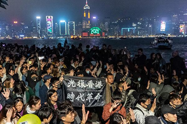 2020年1月1日凌晨,港人聚集一起跨年,繼續表達訴求。(Anthony Kwan/Getty Images)