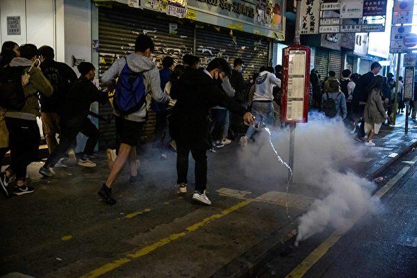 2020年1月1日凌晨,港警发射催泪弹驱赶人群。图为民众用水浇灭催泪弹。(ISAAC LAWRENCE/AFP via Getty Images)