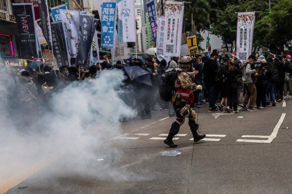 2020年1月1日,港人元旦遊行中,防暴警察發射催淚彈。(ISAAC LAWRENCE/AFP via Getty Images)
