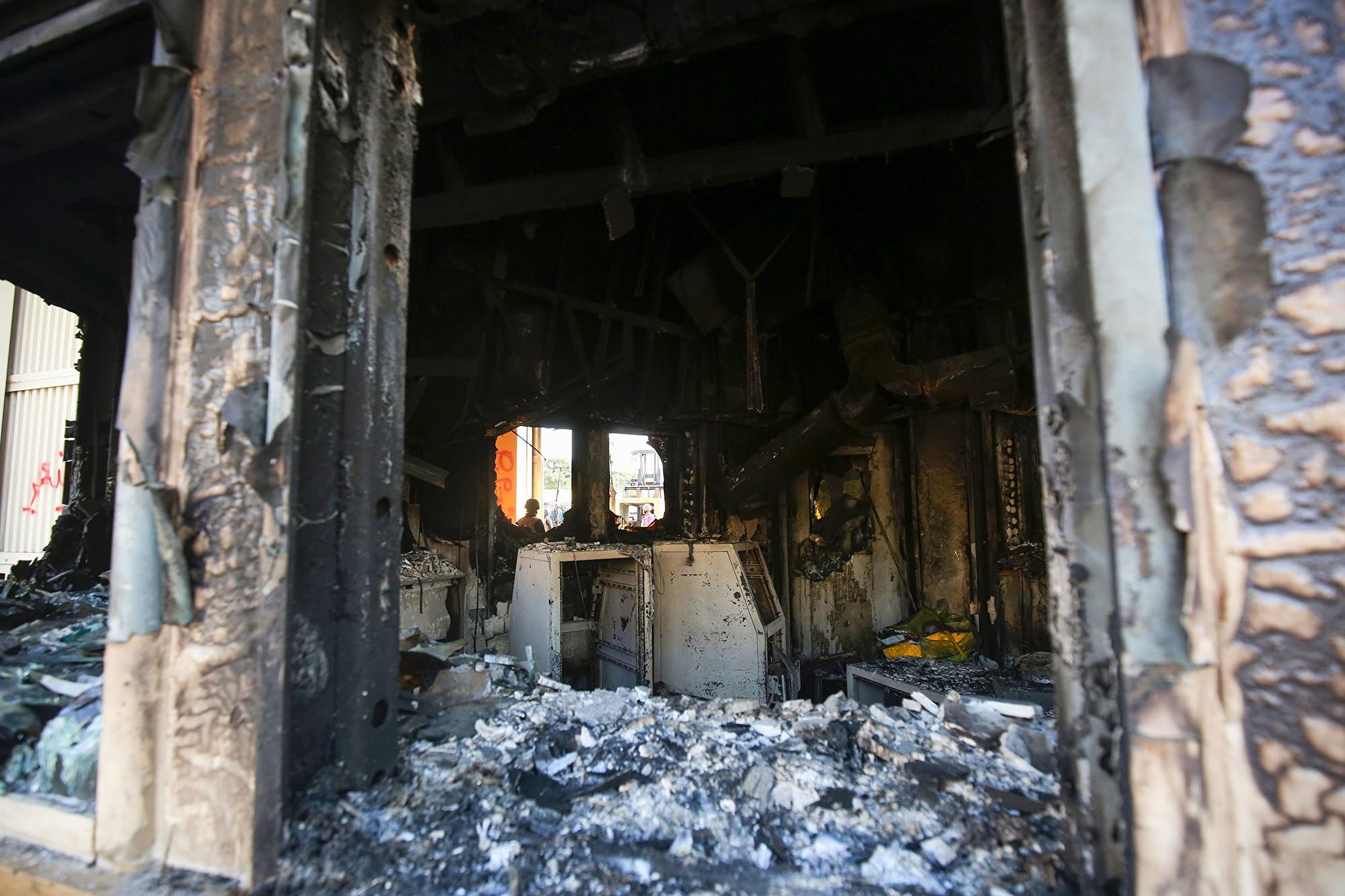 2020年1月2日披露的照片顯示,駐巴格達美國大使館遭到親伊朗的伊拉克抗議者嚴重破壞。(AHMAD AL-RUBAYE/AFP via Getty Images)