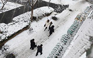 1月6日,北京因降雪影响,首都机场取消105架次航班。(GREG BAKER/AFP via Getty Images)