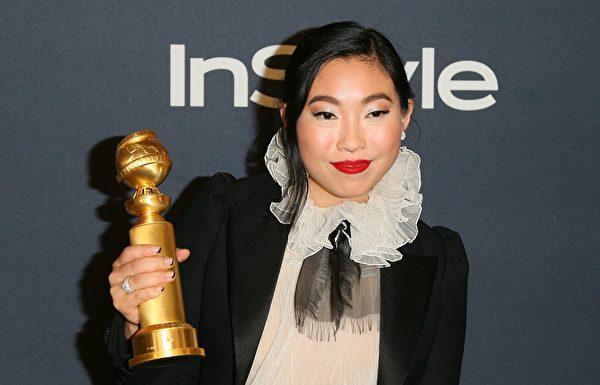 第77屆金球獎頒獎典禮1月5日晚舉行,31歲的華裔女演員林家珍(Nora Lum)以出演《別告訴她》(the Farewell),獲喜劇類最佳女主角獎。(JEAN-BAPTISTE LACROIX/AFP via Getty Images)