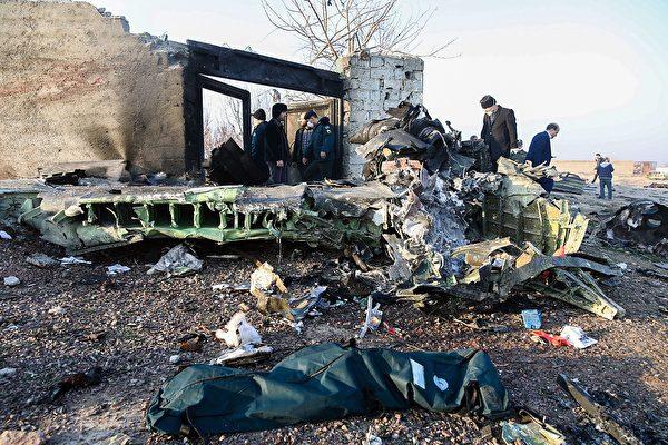 2020年1月8日凌晨,一架搭載176名乘客的烏克蘭客機在伊朗首都德黑蘭墜毀,機上所有人遇難。圖為墜毀現場。(ROUHOLLAH VAHDATI/ISNA/AFP via Getty Images)