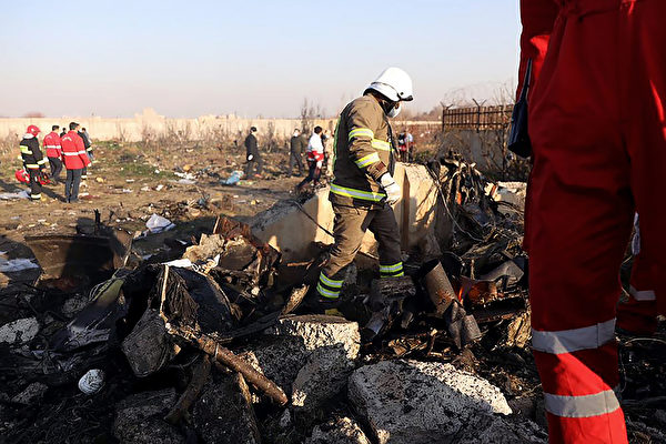 2020年1月8日凌晨,一架搭載176名乘客的烏克蘭客機在伊朗首都德黑蘭的伊瑪目霍梅尼機場附近墜毀,機上所有人遇難。圖為救援隊在現場進行搜索工作。(BORNA GHASSEMI/ISNA/AFP via Getty Images)