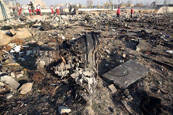 2020年1月8日凌晨,一架搭載176名乘客的烏克蘭客機在伊朗首都德黑蘭墜毀,機上所有人遇難。圖為墜毀現場。(AFP via Getty Images)
