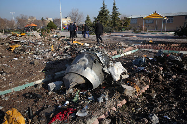 1月8日,一架波音737客機起飛後不久在伊朗墜毀。圖為墜毀狀況。(AFP via Getty Images)