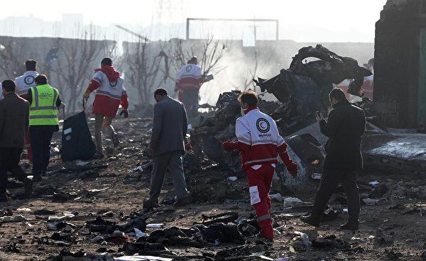 2020年1月8日凌晨,一架搭載176名乘客的烏克蘭客機在伊朗首都德黑蘭的伊瑪目霍梅尼機場附近墜毀,機上所有人遇難。圖為救援隊在現場進行搜索工作。(AFP via Getty Images)