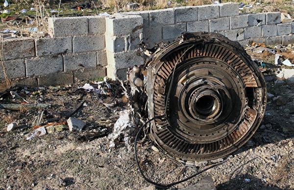 2020年1月8日凌晨,一架搭載176名乘客的烏克蘭客機在伊朗首都德黑蘭的伊瑪目霍梅尼機場附近墜毀,機上所有人遇難。圖為墜毀現場。(AFP via Getty Images)