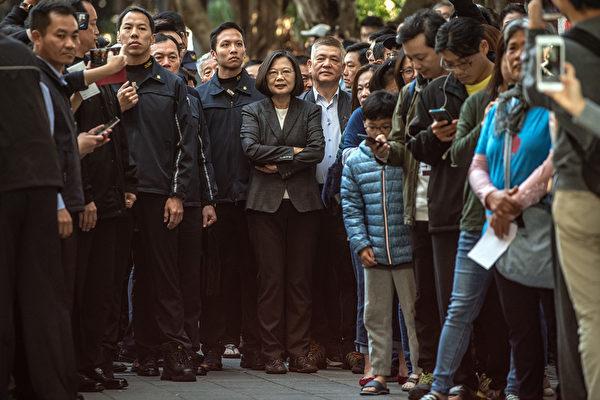 1月11日,中華民國舉行總統副總統及第10屆立法委員選舉。民進黨候選人蔡英文在投票現場。 (Carl Court/Getty Images)