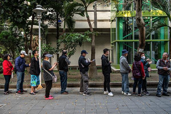 1月11日,中華民國舉行總統副總統及第10屆立法委員選舉。圖為台北市投票現場。(Carl Court/Getty Images)