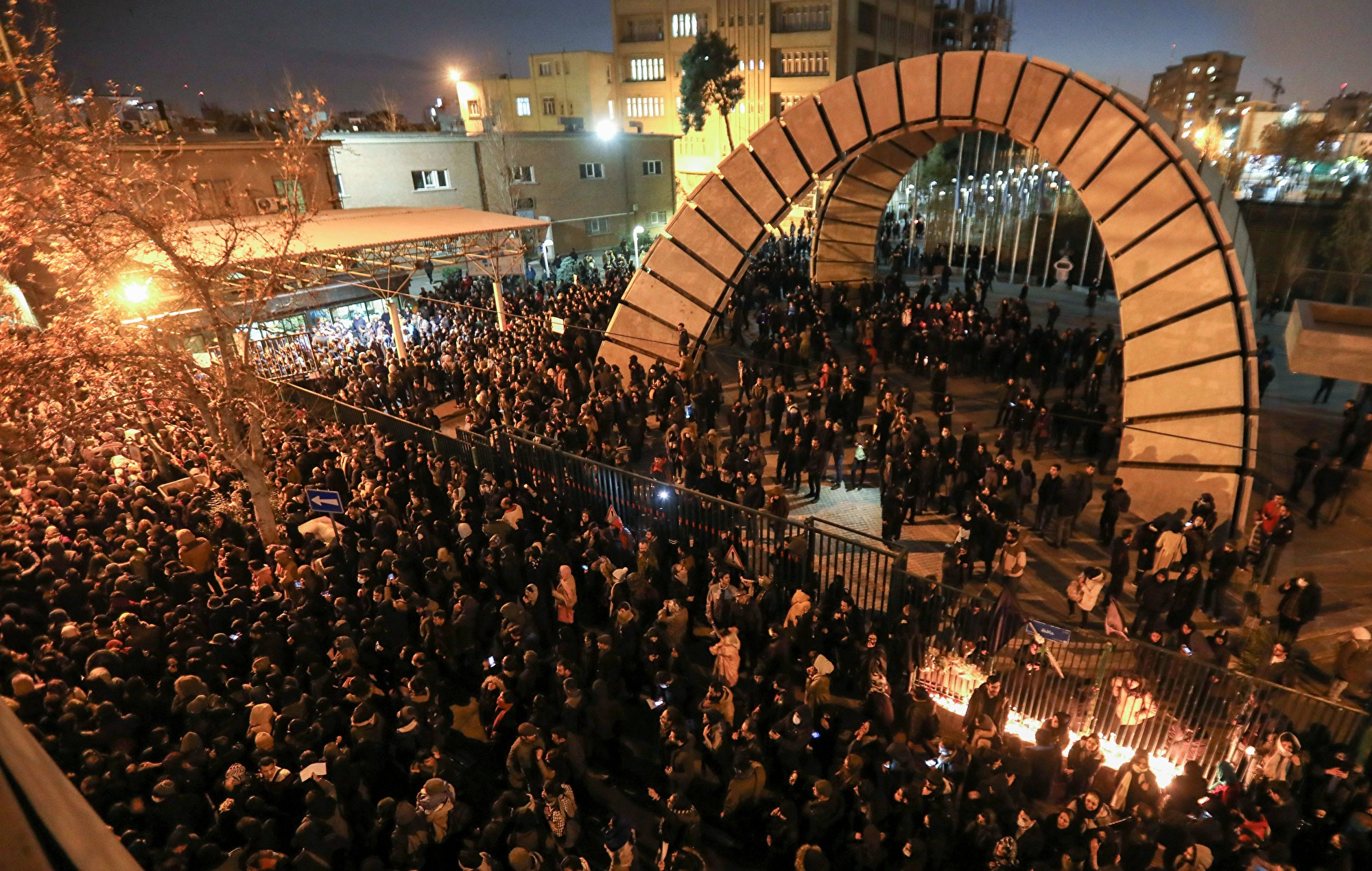 伊朗抗議者撕毀領導人畫像 要求處決獨裁者