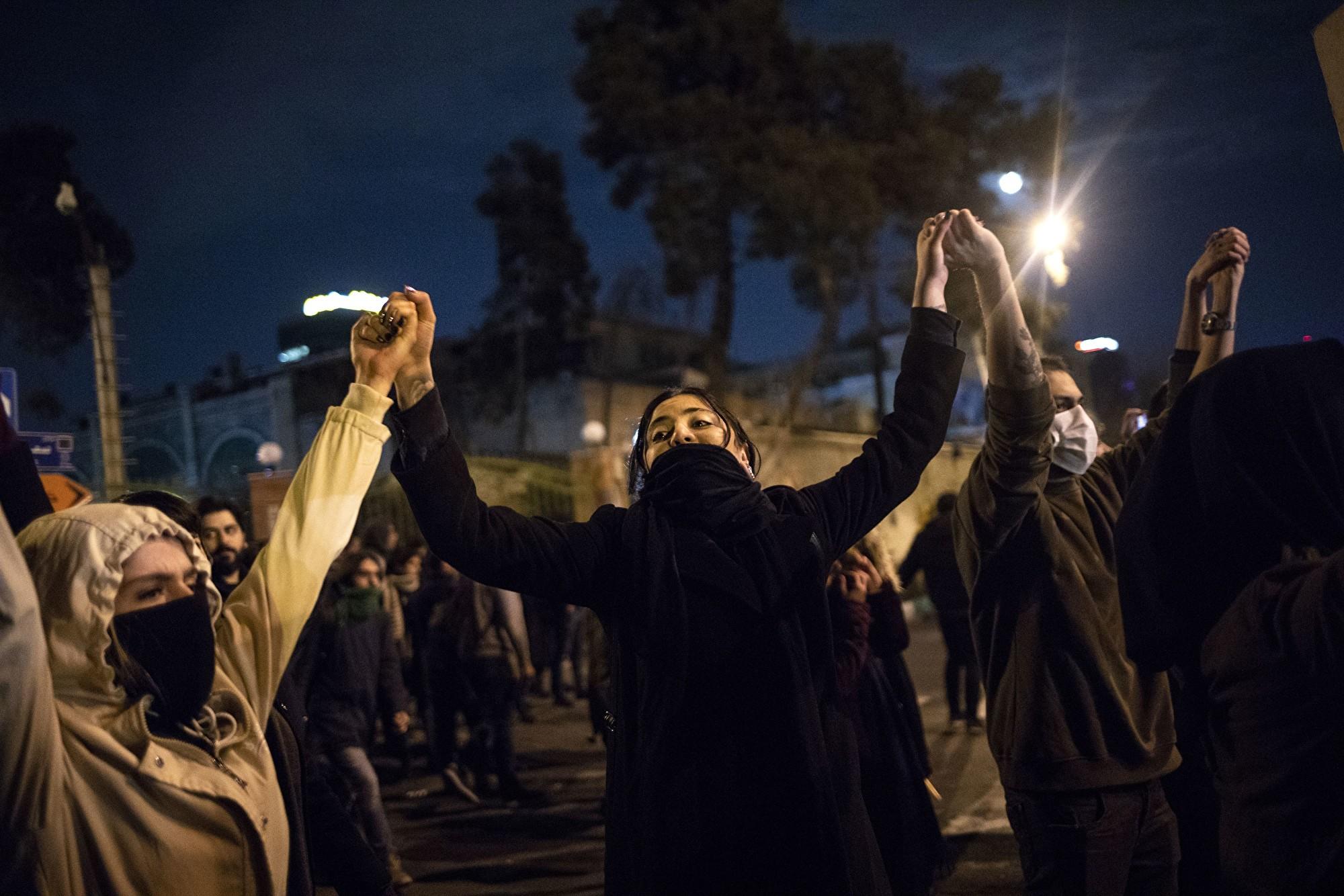 伊朗女子在天橋上大喊:讓哈梅內伊去死!