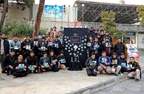 伊朗民眾包括學生過去幾天上街抗議,譴責政府在烏航墜機事件發生後試圖隱瞞事實,要求追責。圖為伊朗學生手持受難者的圖片。(ATTA KENARE/AFP via Getty Images)