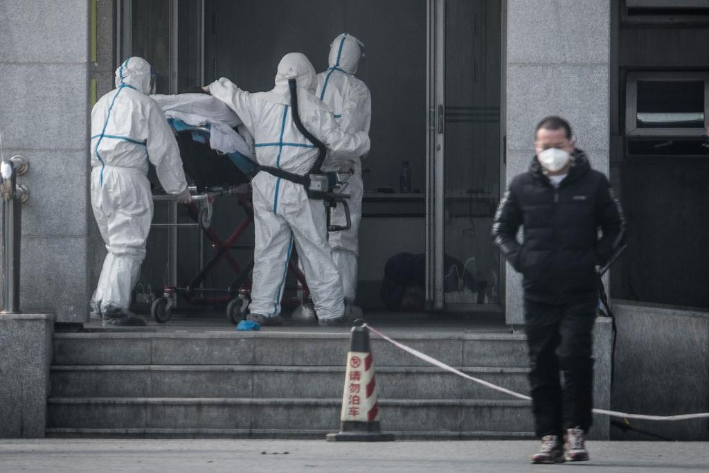 圖為2020年1月18日,一名病人被送入收治類似薩斯病毒感染者的武漢金銀潭醫院。(STR/AFP via Getty Images)