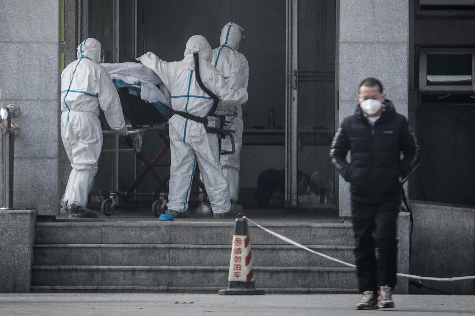圖為中國國內處理武漢肺炎的醫護人員。(STR/AFP via Getty Images)